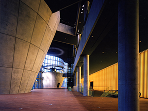 WEB300国立新美術館-ホワイエ1階東側より-10